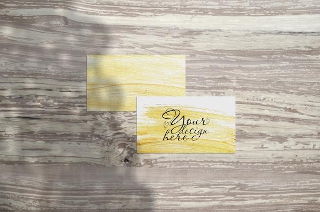 Cartão de visita mockup em madeira Psd Premium