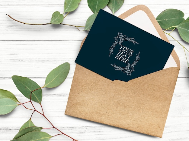 Cartão em uma maquete de modelo de envelope Psd grátis