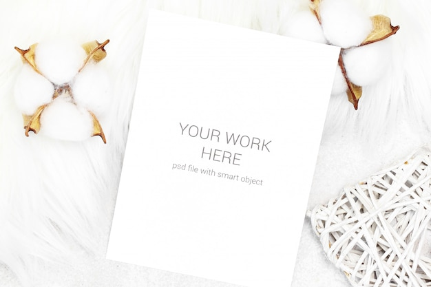Cartão postal de maquete com algodão e coração de madeira Psd Premium