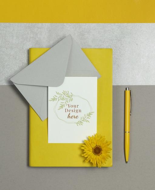 Cartão postal de maquete com notas amarelas, envelope cinza e caneta Psd Premium