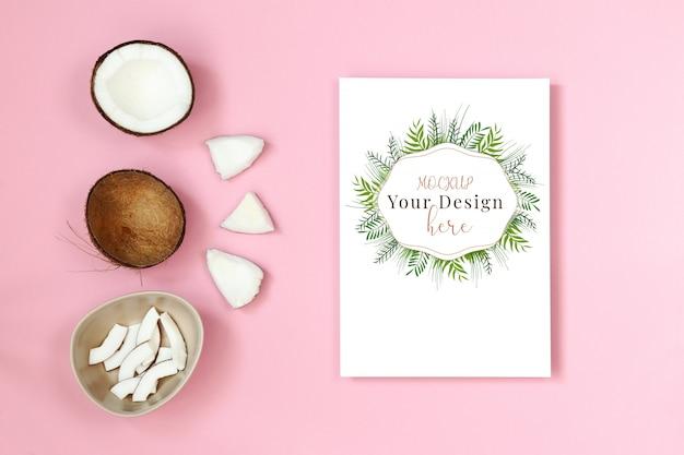 Cartão postal de maquete com pedaço de coco em fundo rosa Psd Premium