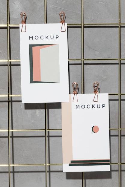 Cartões de maquete pendurados em uma placa de memo grade com clipes Psd Premium