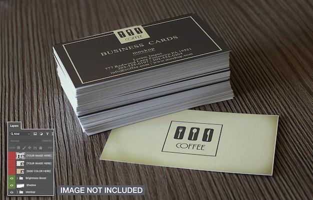 Cartões de visita simples na maquete de superfície de madeira Psd grátis