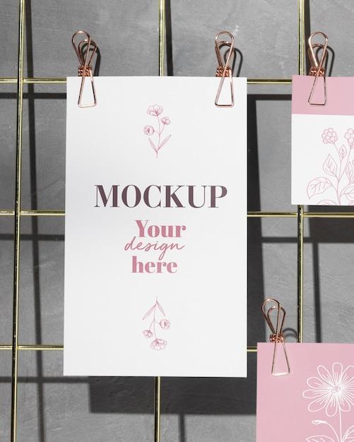 Cartões pendurados no quadro de notas com clipes Psd Premium