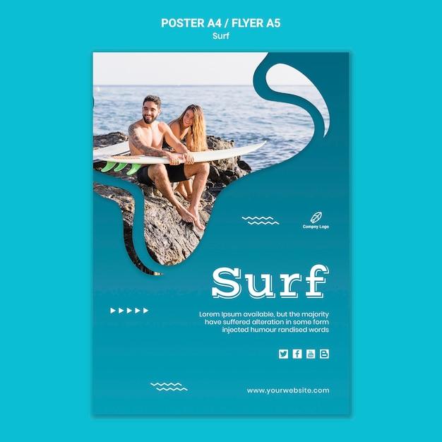 Casal à beira-mar com folheto de pranchas de surf Psd grátis