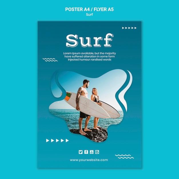 Casal à beira-mar com pôster de pranchas de surf Psd grátis