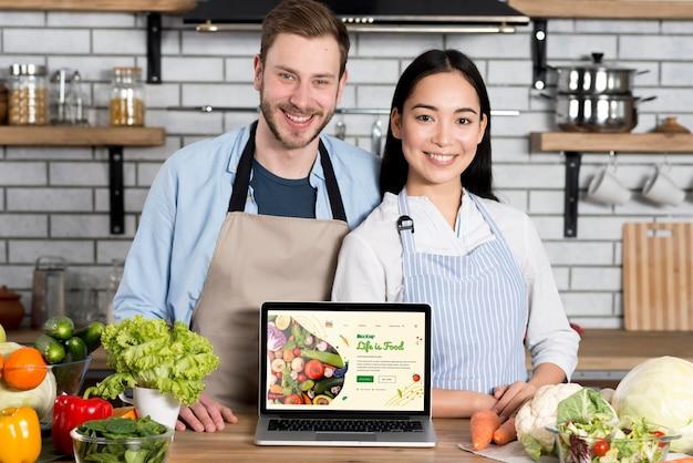 Casal com comida saudável na maquete da cozinha Psd grátis