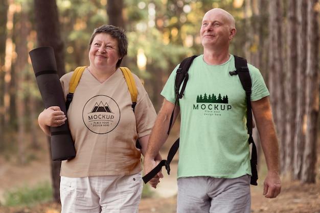 Casal idoso acampando com uma maquete de camiseta Psd grátis