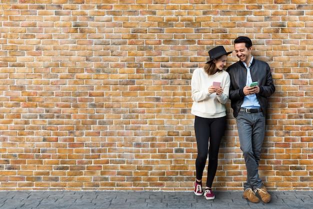 Casal namorando na frente da parede de tijolo Psd grátis