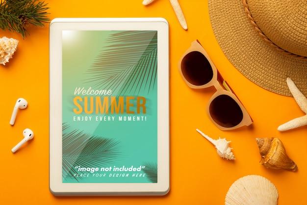 Cena de verão com maquete do tablet e acessórios de praia Psd Premium
