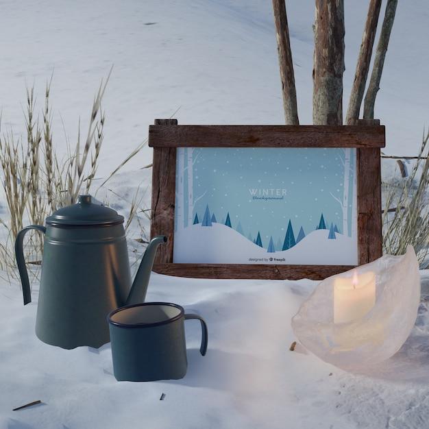 Chaleira e copo ao lado do quadro com tema de inverno Psd grátis