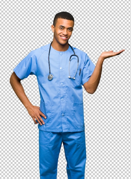 Cirurgião médico homem segurando copyspace imaginário na palma da mão para inserir um anúncio Psd Premium