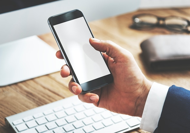 Close de um empresário com smartphone Psd grátis