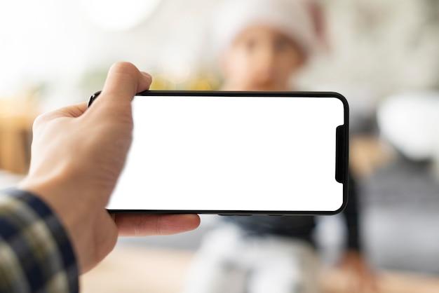 Close de uma mão segurando um telefone celular Psd Premium