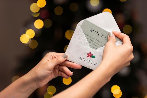 Close-up com as mãos segurando um envelope Psd grátis