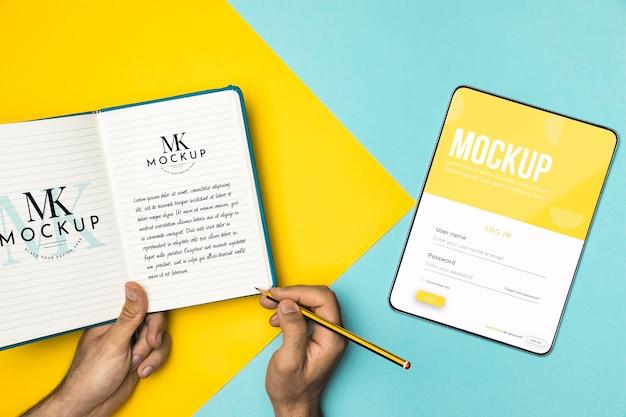 Close-up de mãos segurando um lápis e um caderno Psd grátis