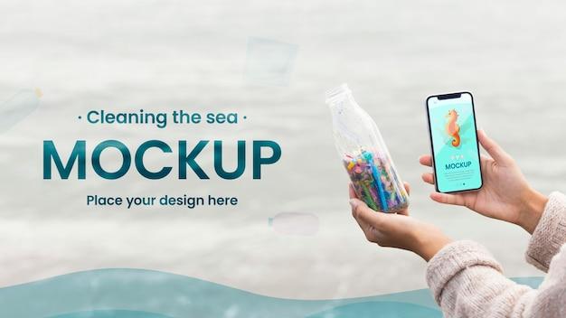 Close-up de mãos segurando uma garrafa e um telefone Psd Premium