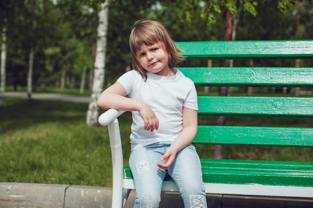 Close-up em criança fofa vestindo camiseta camiseta Psd Premium