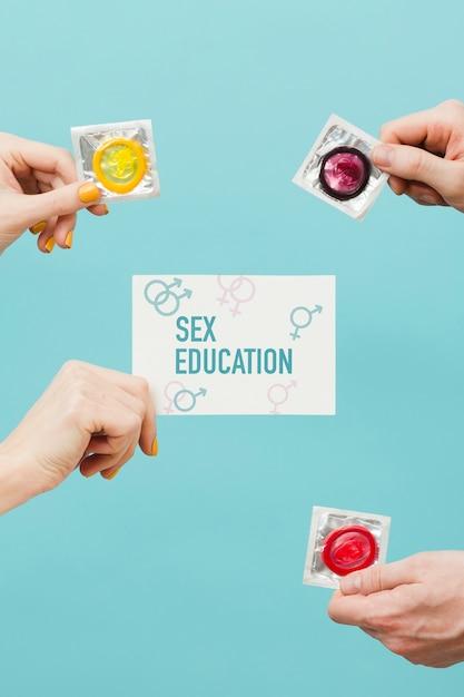 Close-up mãos segurando preservativos Psd grátis