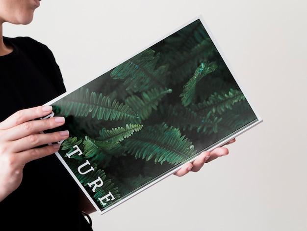 Close-up mulher lendo uma revista de natureza simulada Psd grátis