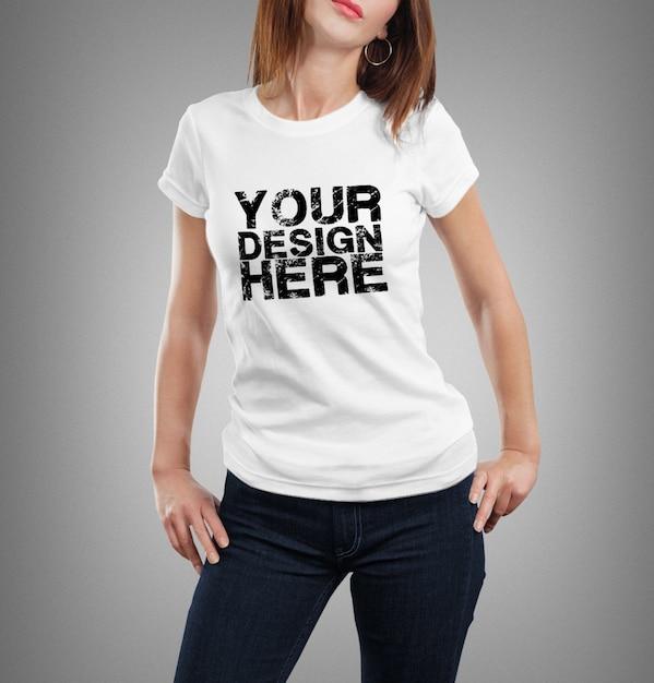 Close-up na mulher vestindo a maquete da camiseta Psd Premium