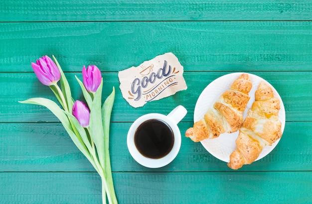 Coleção plana leiga de xícara de café ao lado de flores Psd grátis