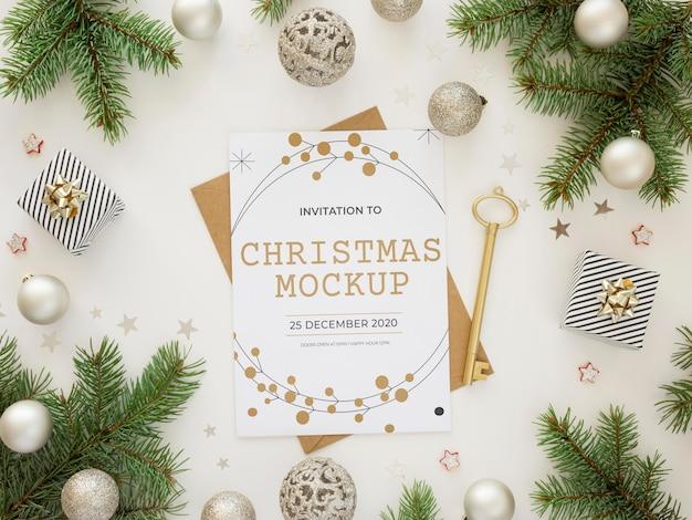 Composição de elementos de véspera de natal com maquete de cartão Psd grátis