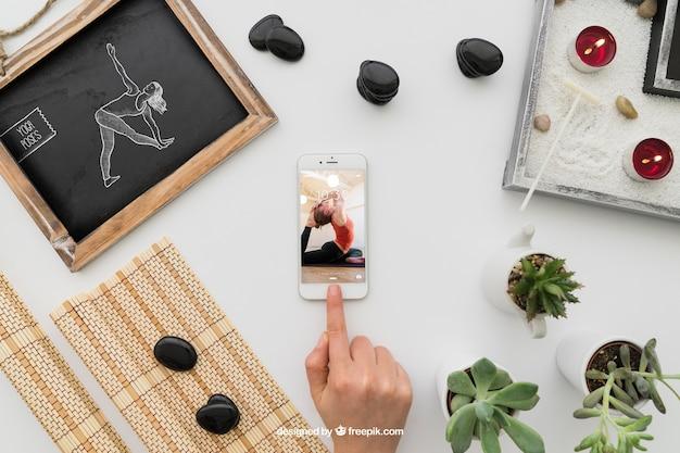 Composição de ioga com smartphone Psd grátis