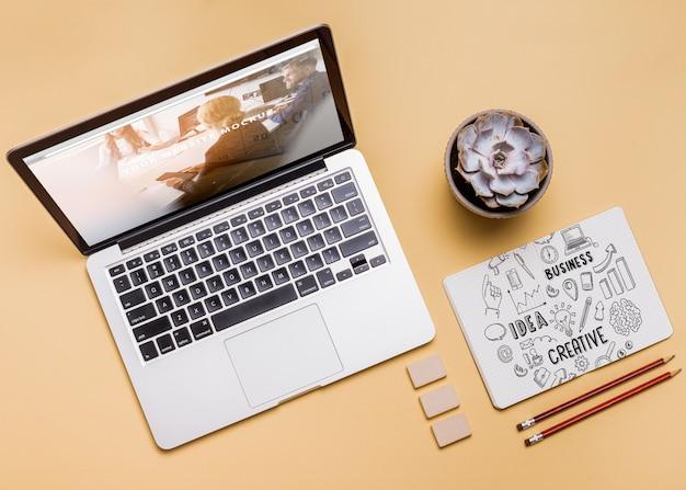 Composição de vista superior com laptop e material de escritório Psd grátis