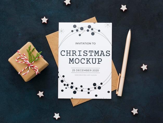 Composição plana para a véspera de natal com cartão e envelope Psd grátis