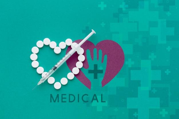 Comprimidos em forma de coração e seringa Psd grátis