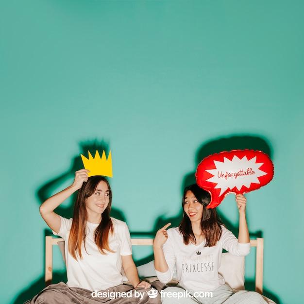 Conceito de balão de fala com mulheres na cama Psd grátis