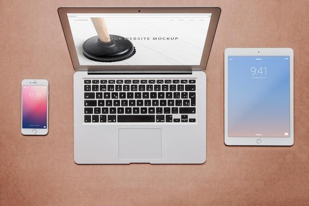 Conceito de espaço de trabalho com diferentes dispositivos Psd grátis