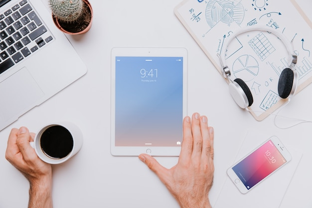 Conceito de espaço de trabalho com tablet no meio Psd grátis