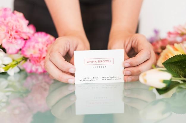 Conceito de jardinagem com mulher apresentando cartão Psd grátis