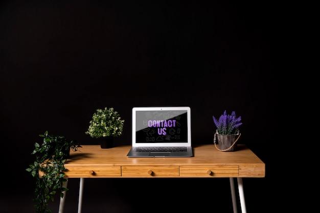 Conceito de mesa moderna com plantas Psd grátis