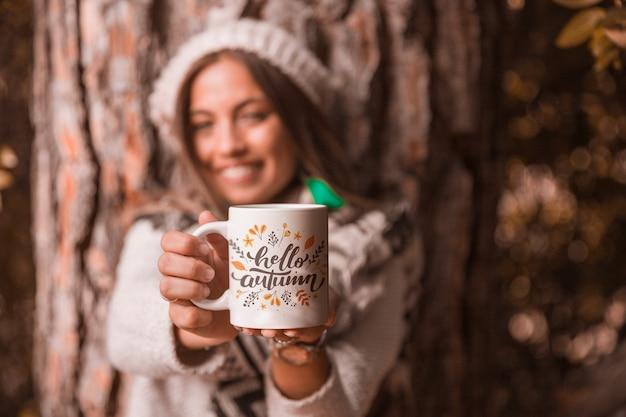 Conceito de outono com mulher segurando a caneca Psd grátis