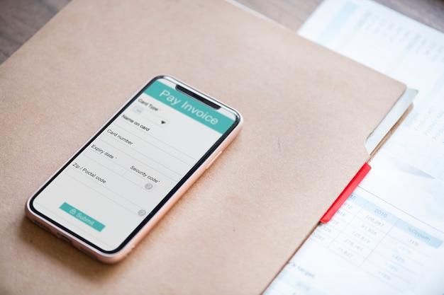 Conceito de pagamento on-line com smartphone Psd grátis
