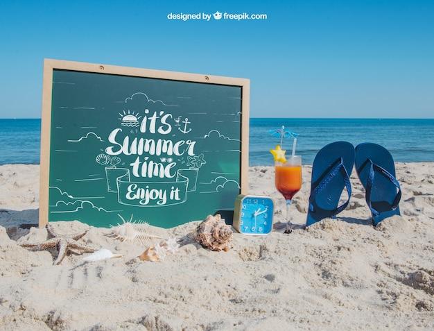 Conceito de praia com ardósia e chinelos Psd grátis