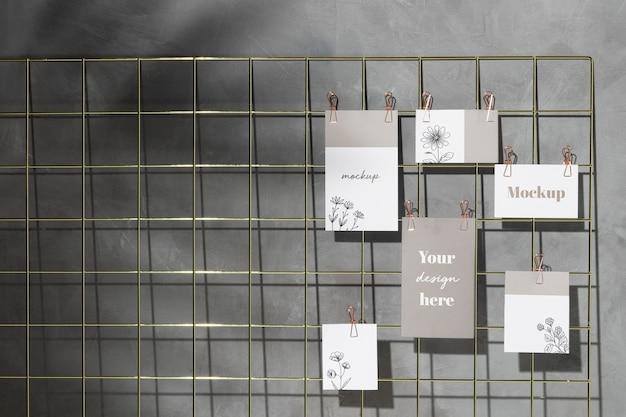Conjunto de cartões pendurados no quadro de notas com clipes Psd Premium