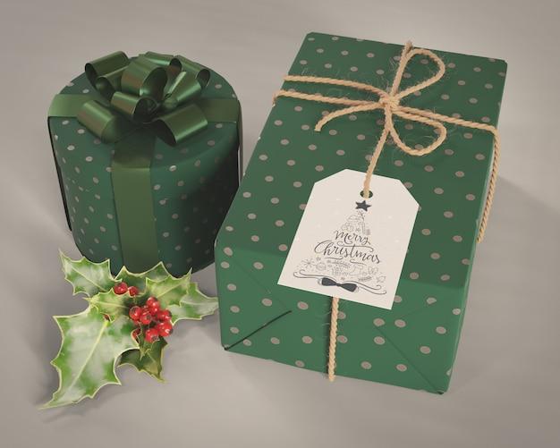 Conjunto og presentes embrulhados em papel verde decorativo Psd grátis