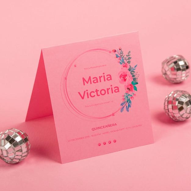 Convite de alta vista para doces quinze e bolas de prata Psd grátis