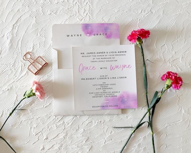 Convite de casamento floral com maquete de envelope Psd Premium