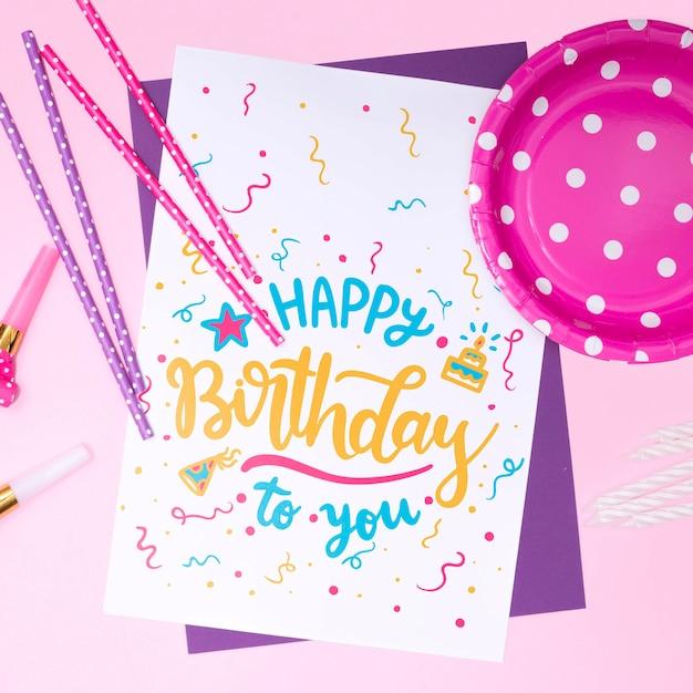Convite de feliz aniversário mock-up com confete e prato Psd grátis