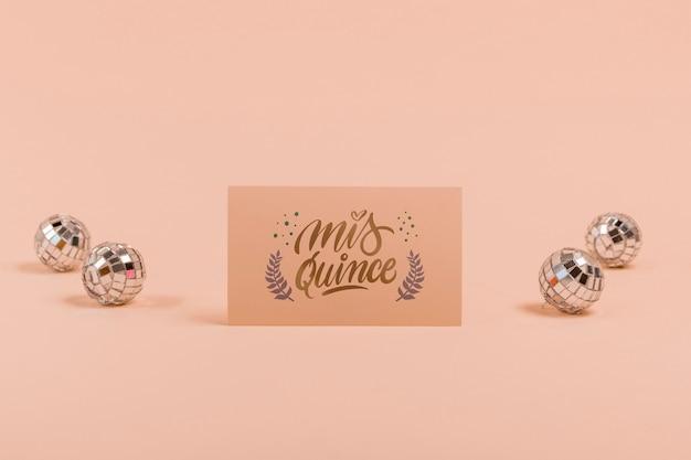 Convite de vista frontal para doces quinze e bolas de prata Psd grátis