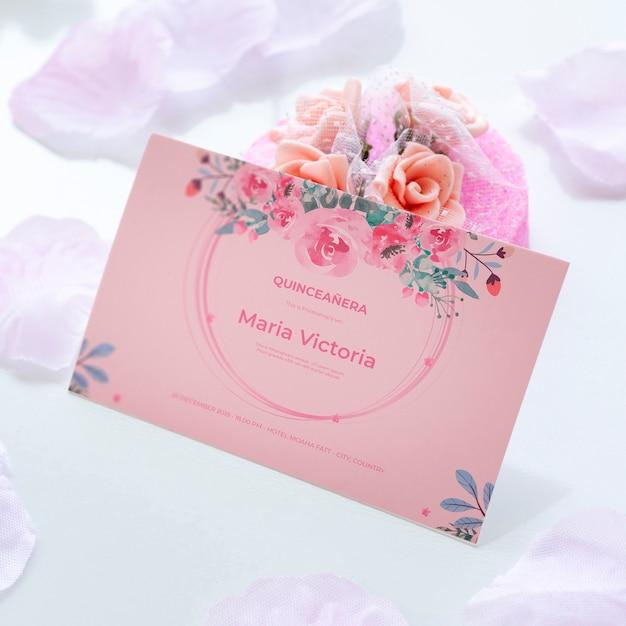 Convite para doce quinze e buquê de flores Psd grátis