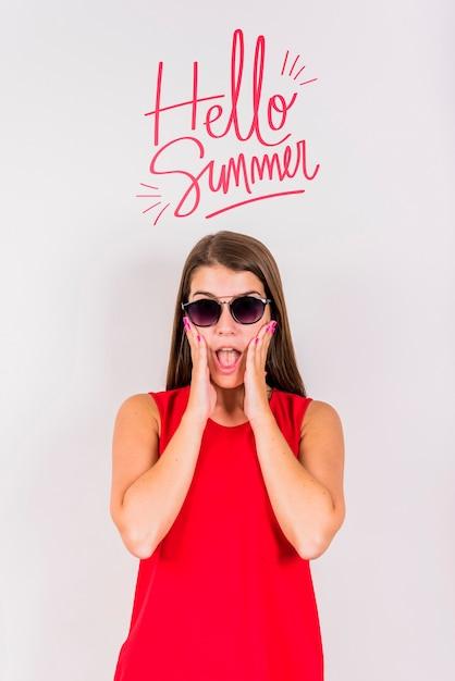 Copyspace maquete para o verão com mulher alegre Psd grátis