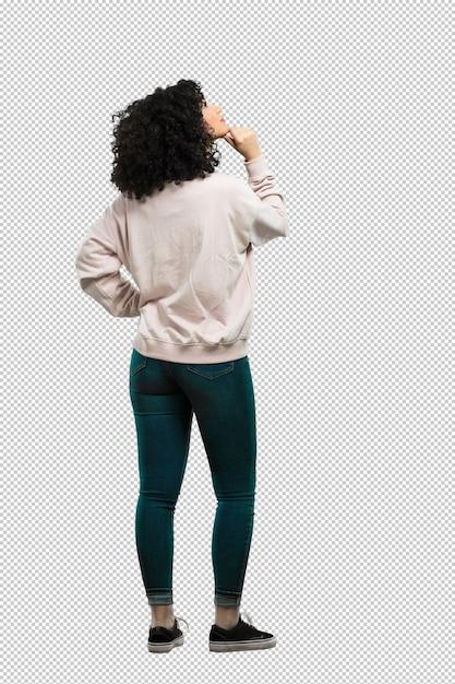 Corpo inteiro jovem mulher para trás e olhando para cima Psd Premium