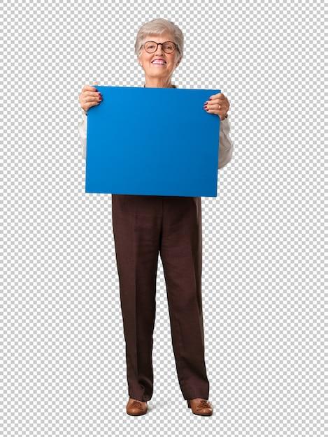 Corpo inteiro, mulher sênior, alegre, e, motivado, mostrando, um, vazio, painél public Psd Premium