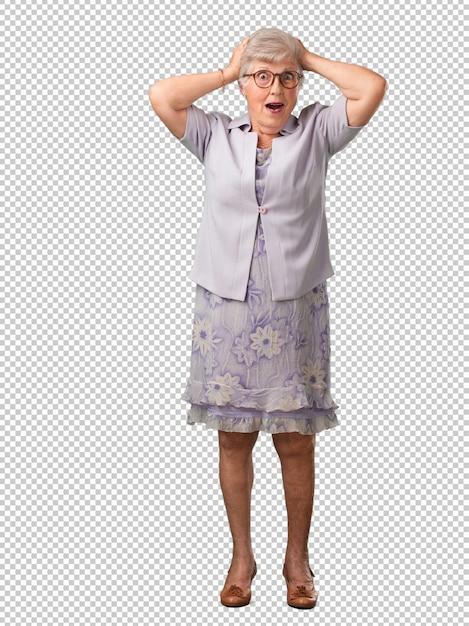 Corpo inteiro, mulher sênior, frustrado, e, desesperado, zangado, e, triste, com, mãos cabeça Psd Premium